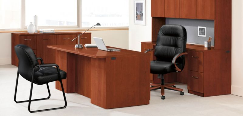 Etonnant Leather Pillow Soft Chair Behind An Executive Desk